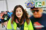 VIDEO | Participante de una carrera da una nalgada a una reportera en vivo