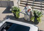 FOTOS: Un sacerdote usa una pistola de agua para bendecir