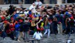 Papa pasea en su papamóvil a 8 niños migrantes