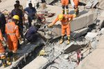 Rescatan en India a un hombre entre escombros de edificio derrumbado el martes