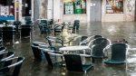 Italia: ola gigante rompe ventanas y provoca caos en un restaurante