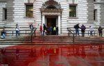 Activistas rocían 1.800 litros de 'sangre' frente a un ministerio en Reino Unido