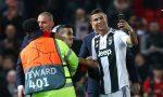 FOTO: Cristiano Ronaldo se toma un 'selfie' con un aficionado, pero se coló un invitado inesperado