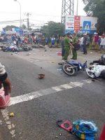 IMÁGENES SENSIBLES: camión pierde los frenos y choca con 21 motocicletas en Vietnam