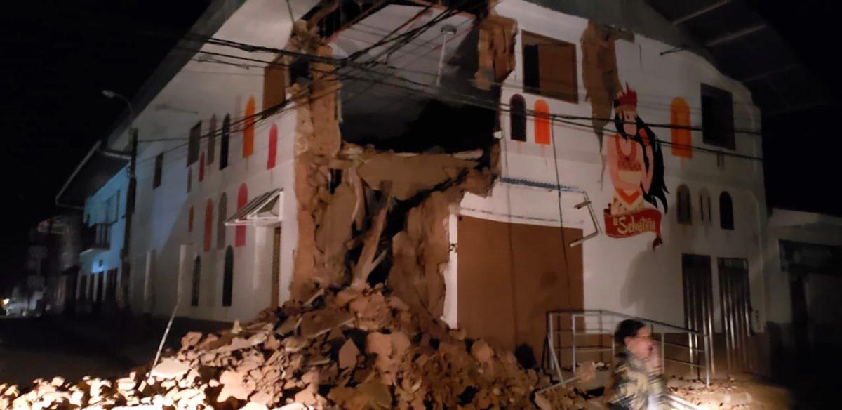 Imagen del Departamento de Bomberos de Perú que muestra una casa dañada por un terremoto de 8.0 en Yurimaguas, Perú. (AFP)