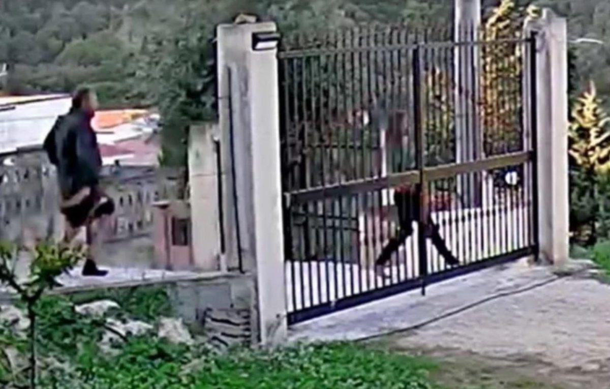 El hombre, sin pantalones persigue a la chica para acuchillarla (Captura de video).