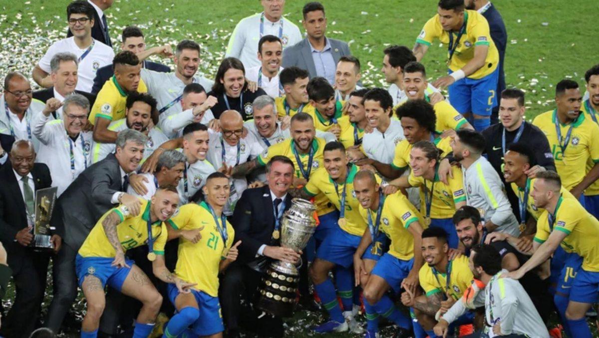 El presidente Jair Bolsonaro junto con la selección brasilera celebra el triunfo de la Copa América ( REUTERS/Sergio Moraes)