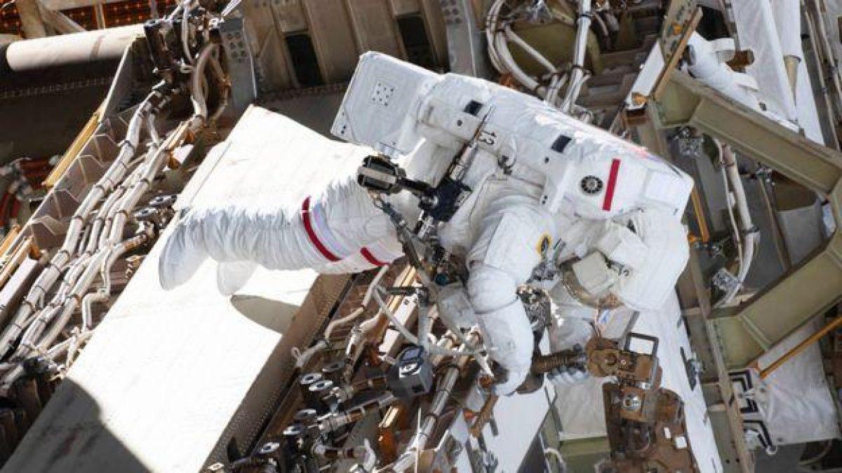 Anne McClain durante su caminata espacial del 22 de marzo. La astronauta, junto a Nick Hague, colocó nuevas baterías de iones de litio