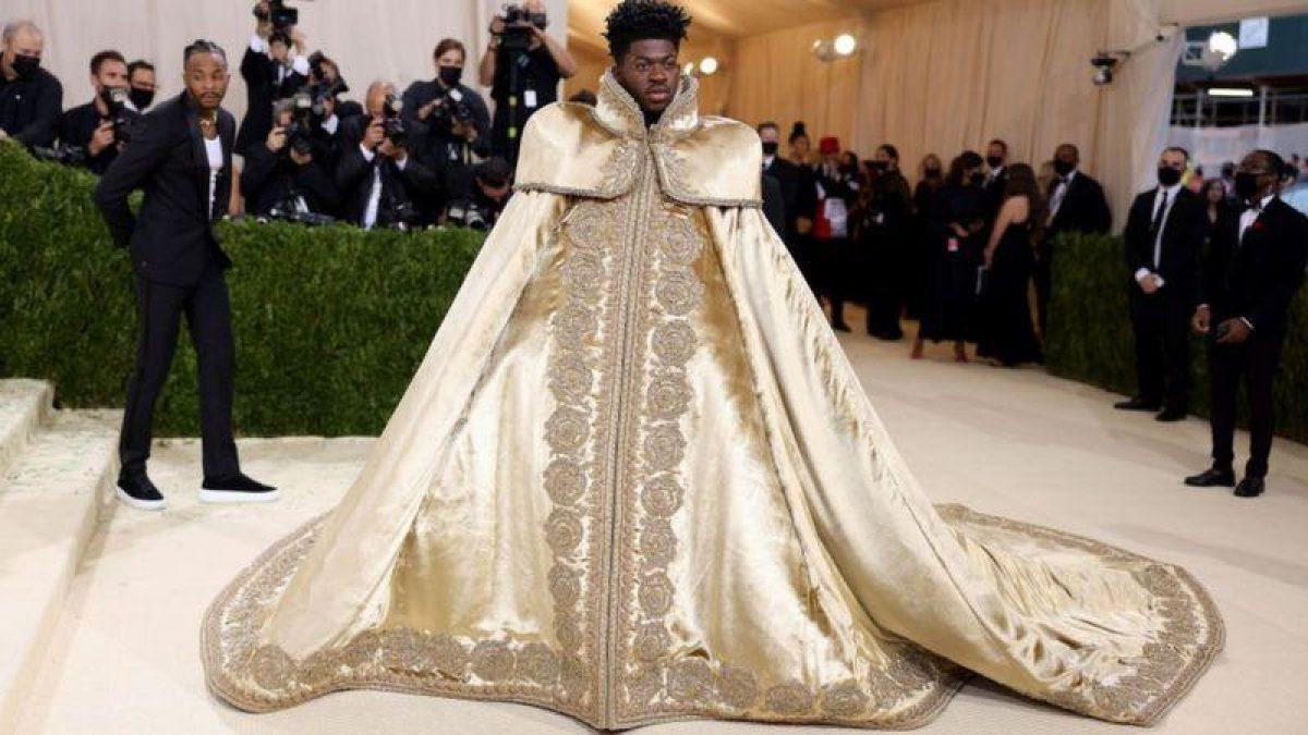 """El rapero Lil Nas X apareció con una capa de la """"realeza"""".... Foto: GETTY IMAGES."""