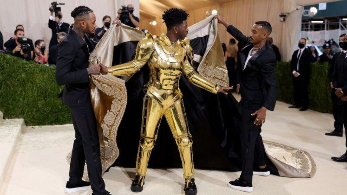 ...que se quitó para revelar un traje dorado de armadura de Versace. Foto: GETTY IMAGES.