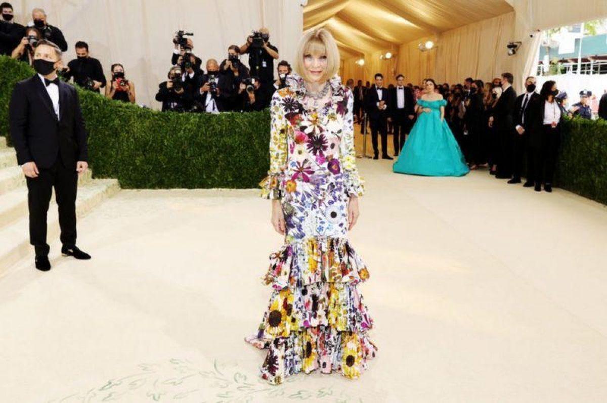 La jefa de Vogue, Anna Wintour, quien supervisa el evento, lució un vestido de Oscar de la Renta en homenaje al difunto diseñador dominicano.  Foto: GETTY IMAGES.