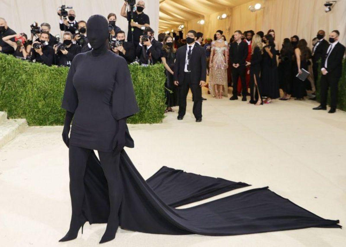 El look de Kim Kardashian generó una serie de memes en las redes sociales. Foto: GETTY IMAGES.