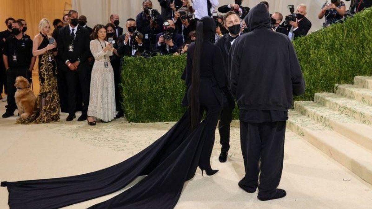 La empresaria estaba acompañada por un hombre, que se cree que es el diseñador Demna Gvasalia, quien también estaba vestido completamente de negro.  Foto: GETTY IMAGES.