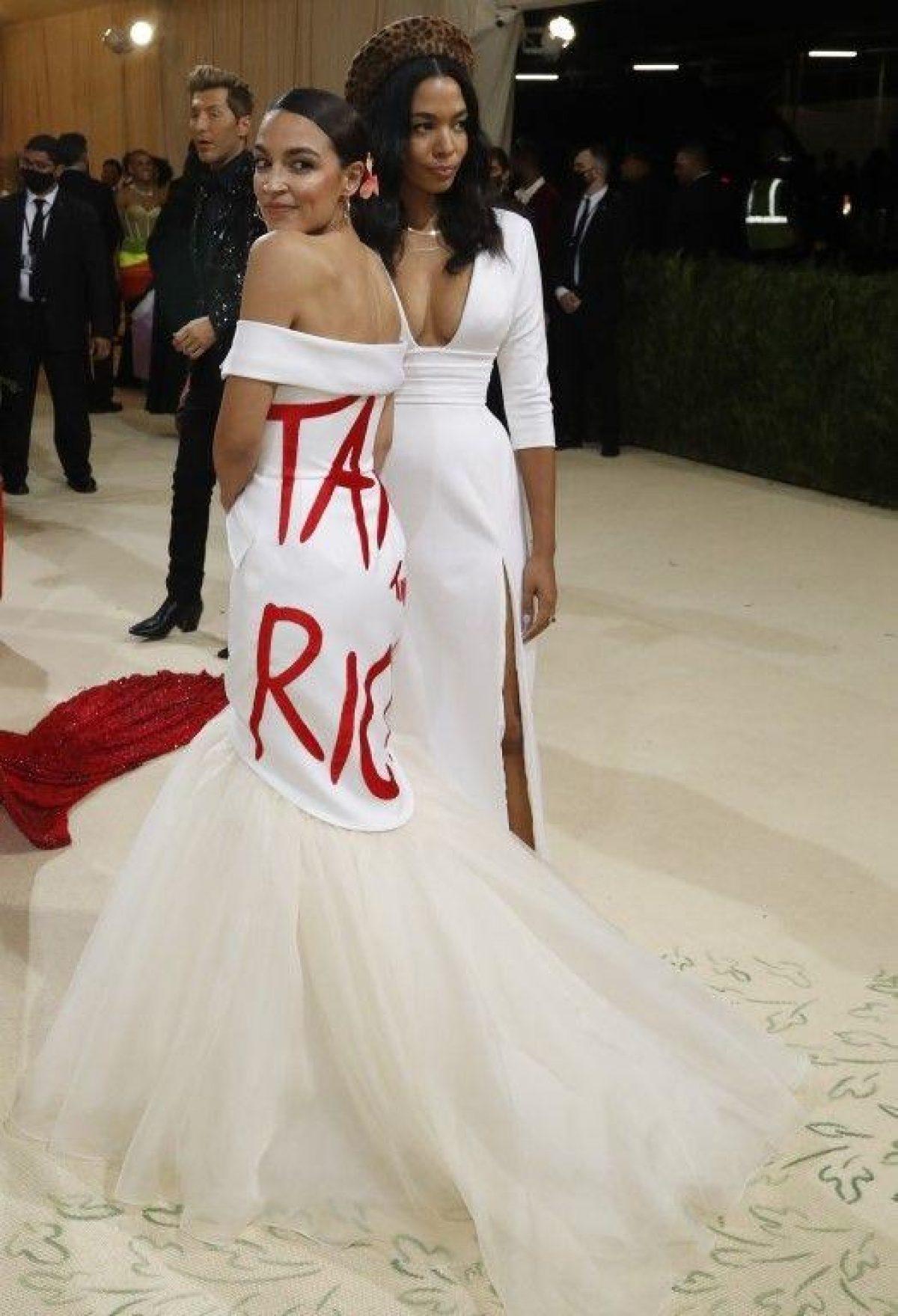 """La congresista demócrata Alexandria Ocasio-Cortez llevaba un vestido que decía """"Tax the rich"""" (suban los impuestos a los ricos).  Foto: REUTERS."""