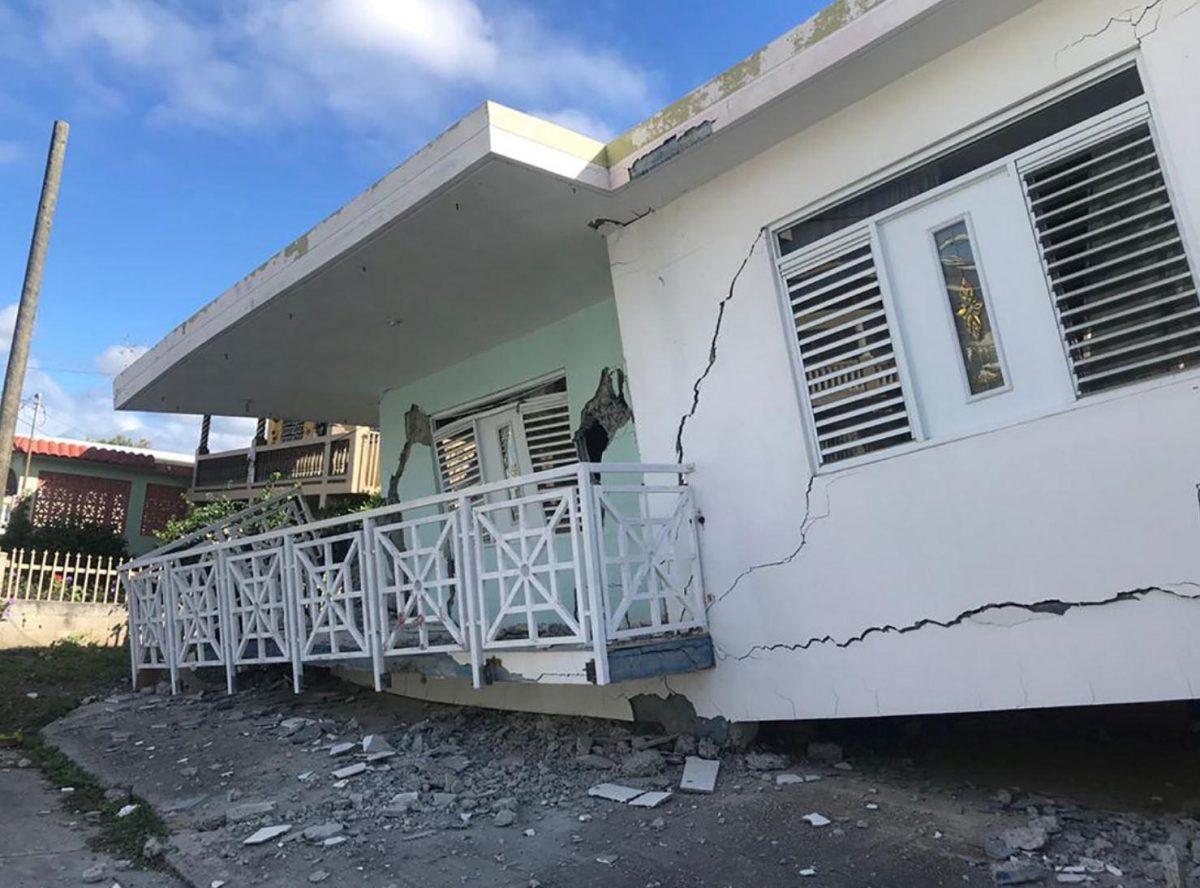 Casa derruida con grandes grietas en sus paredes.