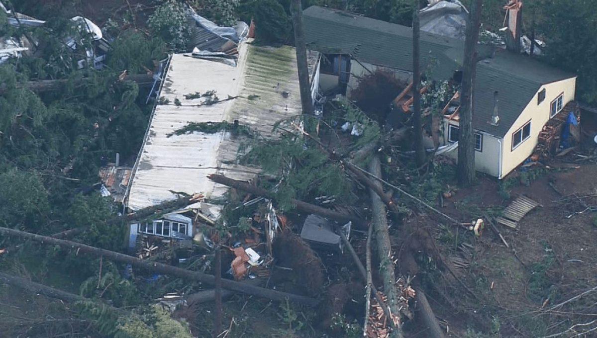 Tornado golpea suburbio de Seattle.