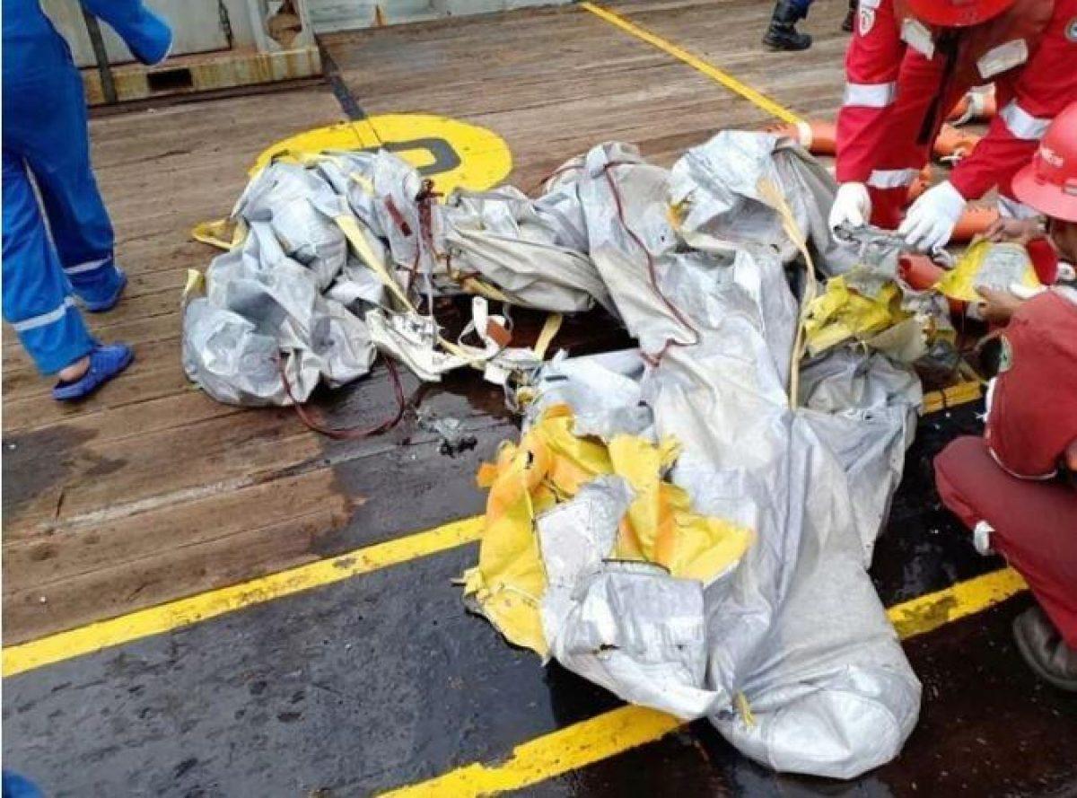 Escombros del avión rescatados en el mar.