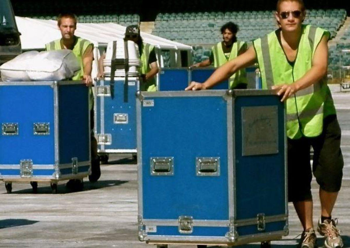 Las lavadoras y secadoras llegan a los sitios de los recitales en baúles, como el equipo de sonido.
