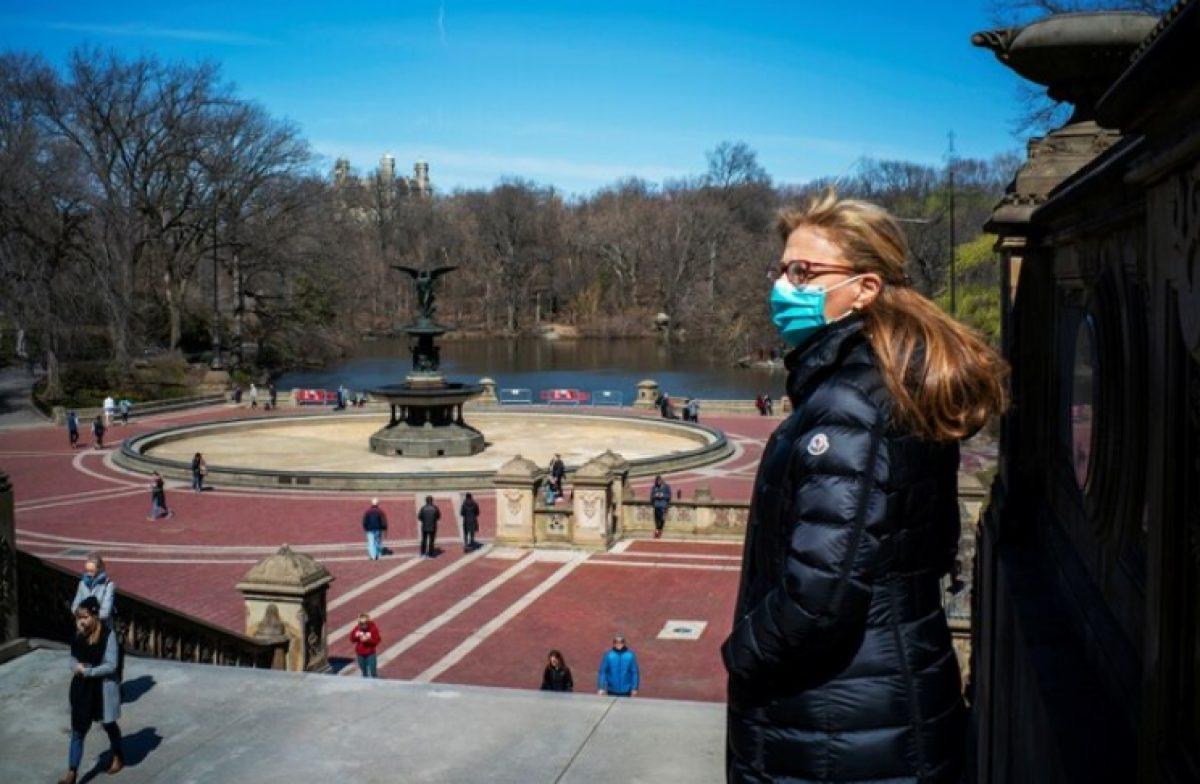 Una mujer con una mascarilla en Central Park (Reuters)