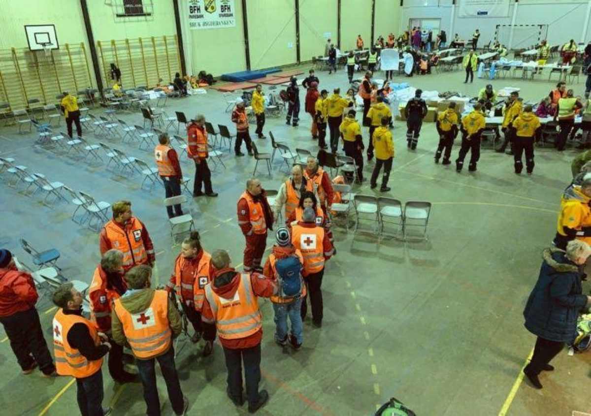 Pasajeros rescatados del crucero Viking Sky reciben ayuda de los servicios de emergencia en Hustadvika