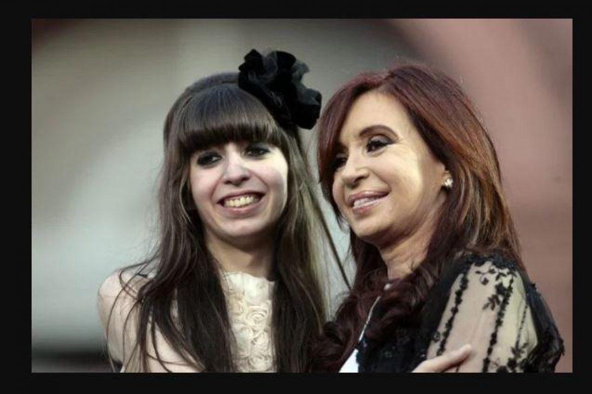 Cristina Fernández de Kirchner (d), sonríe junto a su hija Florencia.