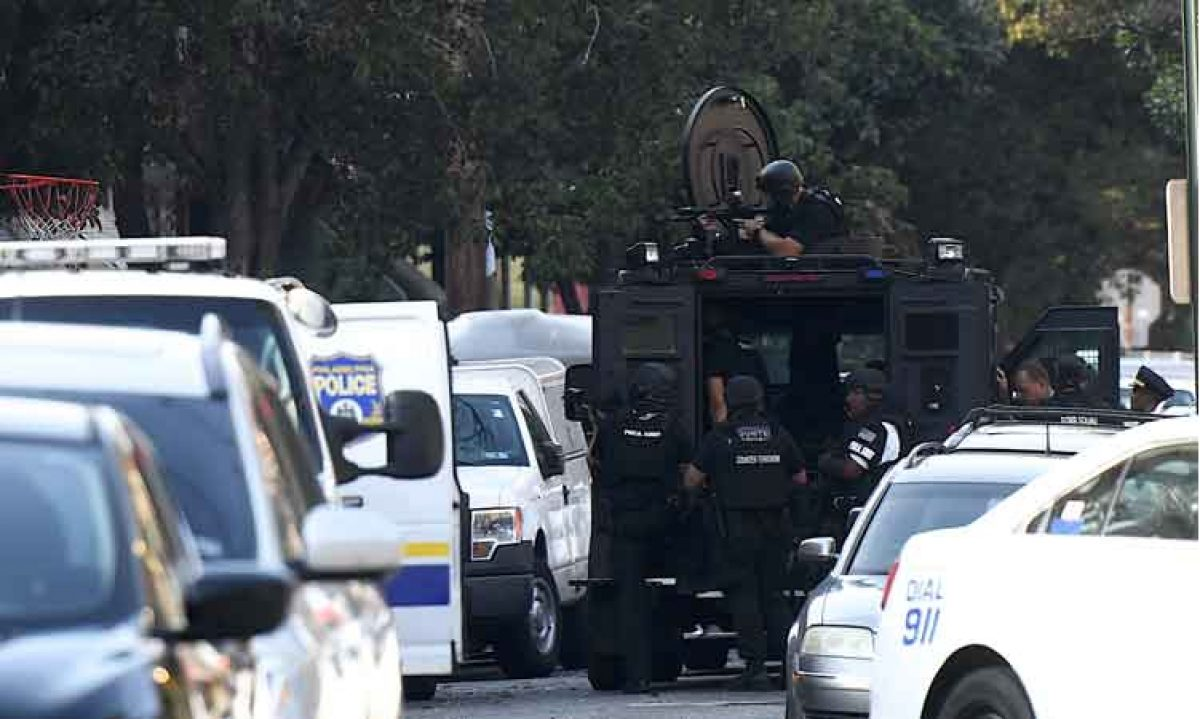 """""""Los oficiales intentan comunicarse con el tirador; suplicándole que se rinda y evite más lesiones"""". Sargento de la Policia de Pensilvania"""