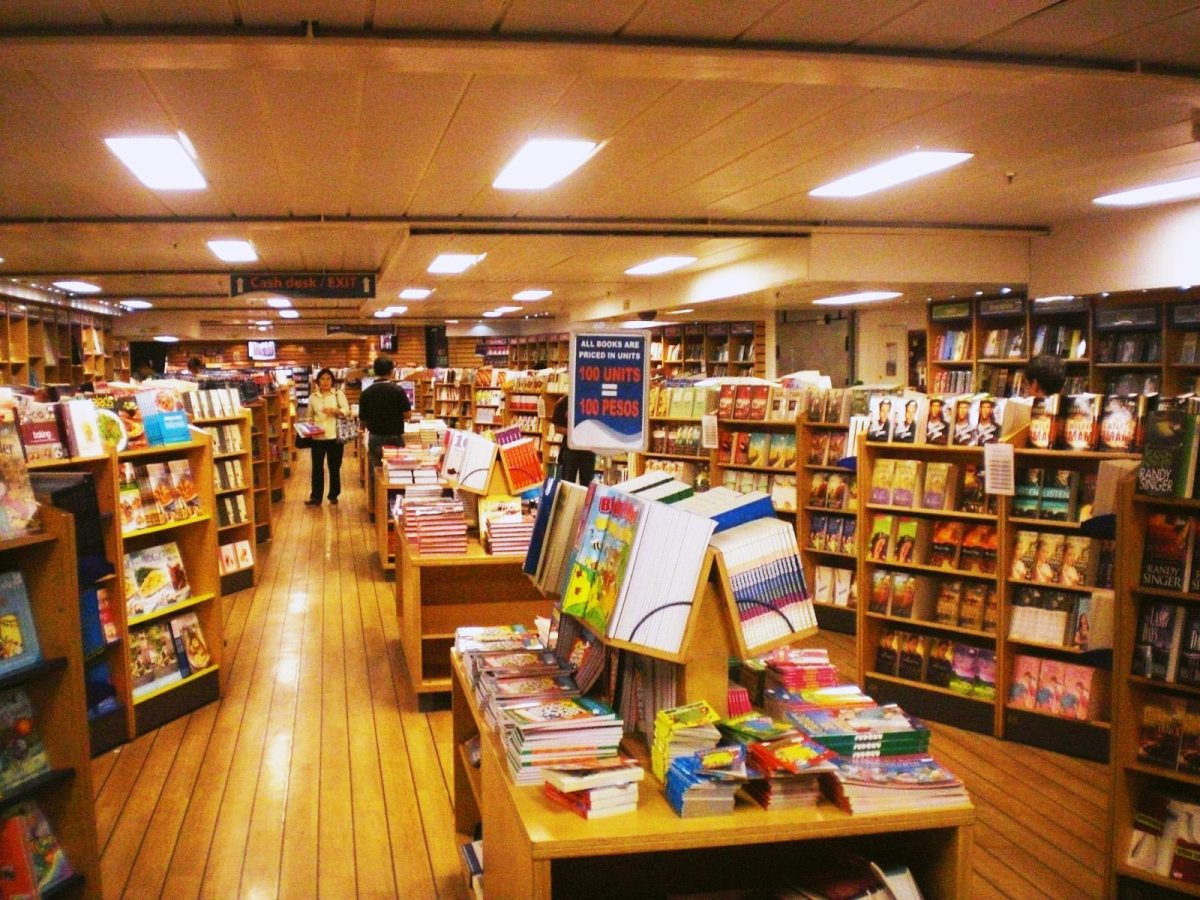 Cuenta con más de 5.000 libros en inglés y español, que se venden a precios moderados en cada uno de sus destinos.