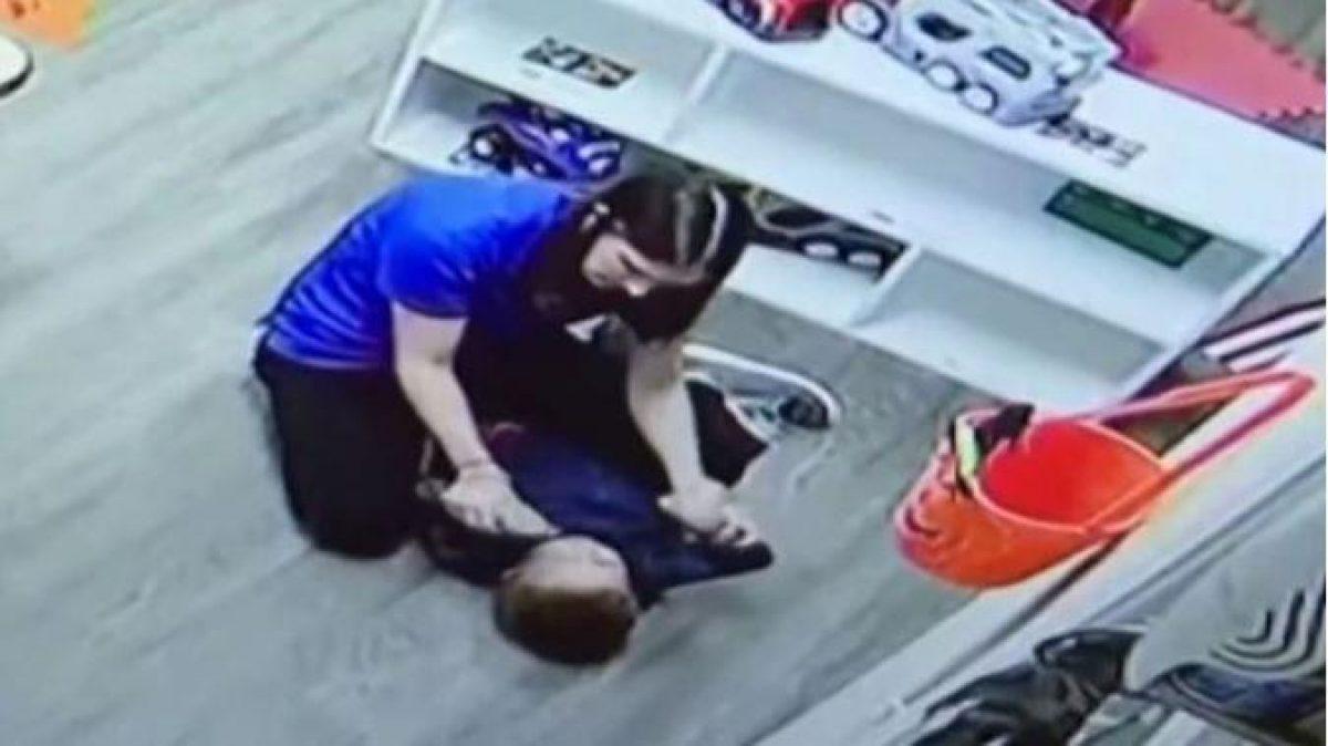 En el video se ve a la mujer jaloneando y abofeteando al niño quien se encuentra sometido en el piso (Telemundo)