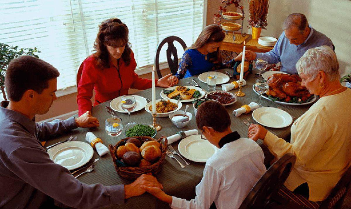 Las familias se reúnen para dar inicio a las festividades navideñas.