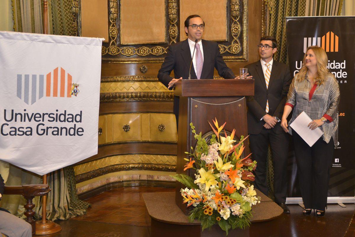 Autoridades de la Universidad y la ciudad asistieron a la condecoración sobre el estandarte institucional.