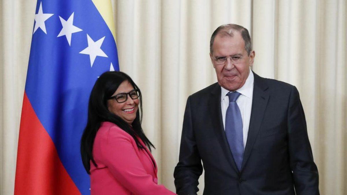 La vicepresidenta de Venezuela Delcy Rodriguez y el Ministro de Relaciones Exteriores Sergey Lavrov hicieron una conferencia de prensa conjunta este viernes (Pavel Golovkin / AP)