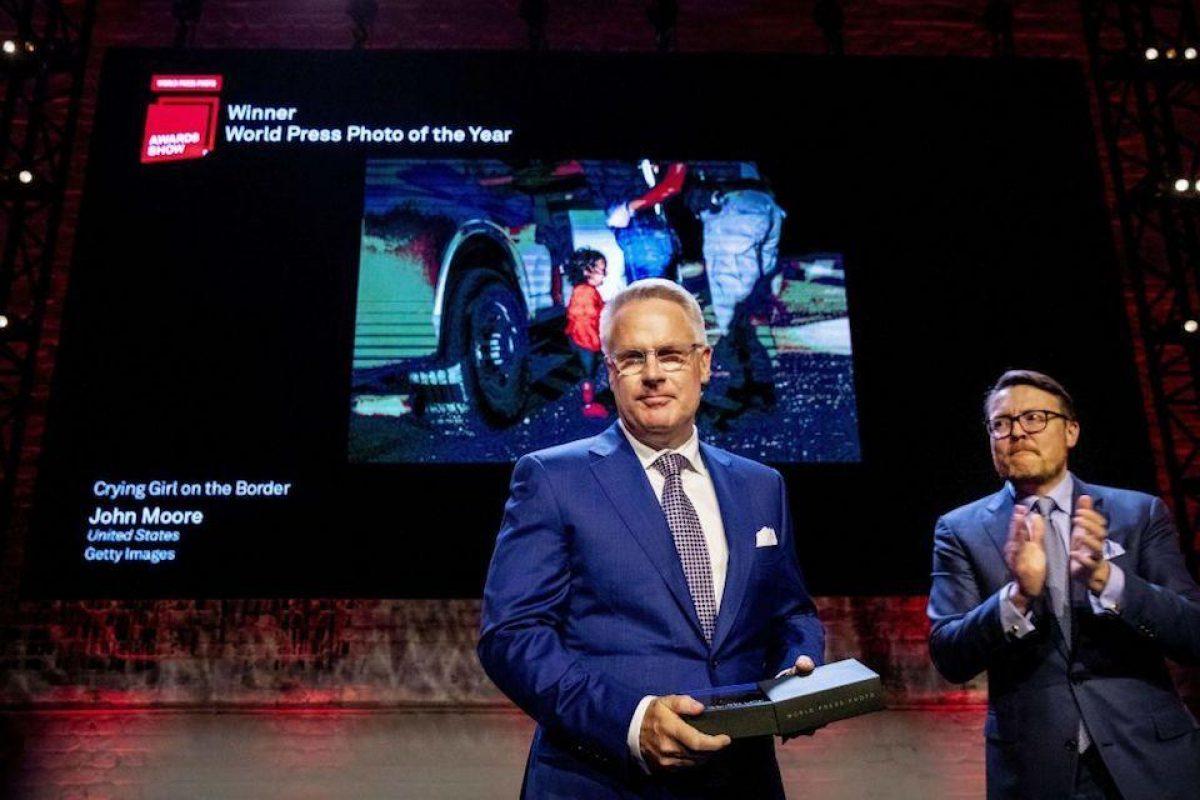 El fotógrafo John Moore recibió el premio a mejor fotografía del año de World Press Photo. (PATRICK VAN KATWIJK/AFP/Getty Images)