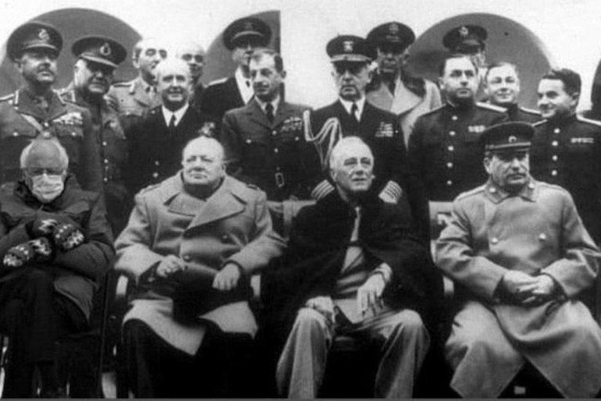 Sanders, Churchill, Roosevelt y Stalin en la conferencia Yalta, 1945.