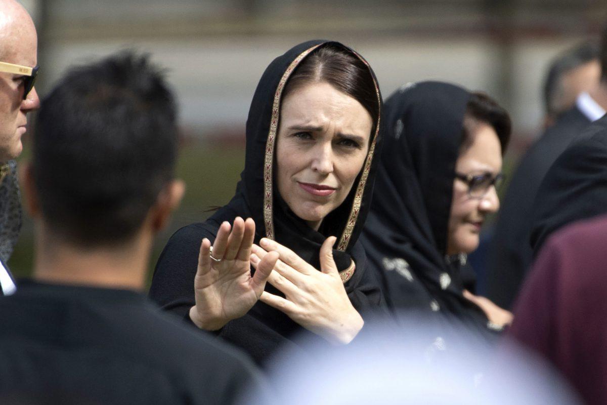 La primera ministra de Nueva Zelanda, Jacinda Ardern, hace un gesto de despedida después de una reunión para las oraciones congregacionales de los viernes y dos minutos de silencio por las víctimas de la masacre de las mezquitas gemelas, en Hagley Park en Christchurch. (AFP)