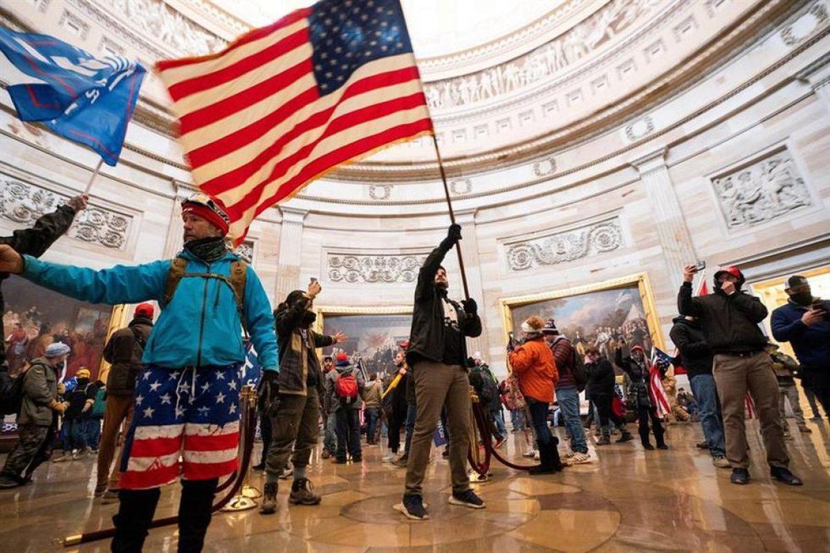 Simpatizantes del presidente de los Estados Unidos, Donald Trump, en la Rotonda del Capitolio tras violar la seguridad. (EFE / EPA / JIM LO SCALZO).