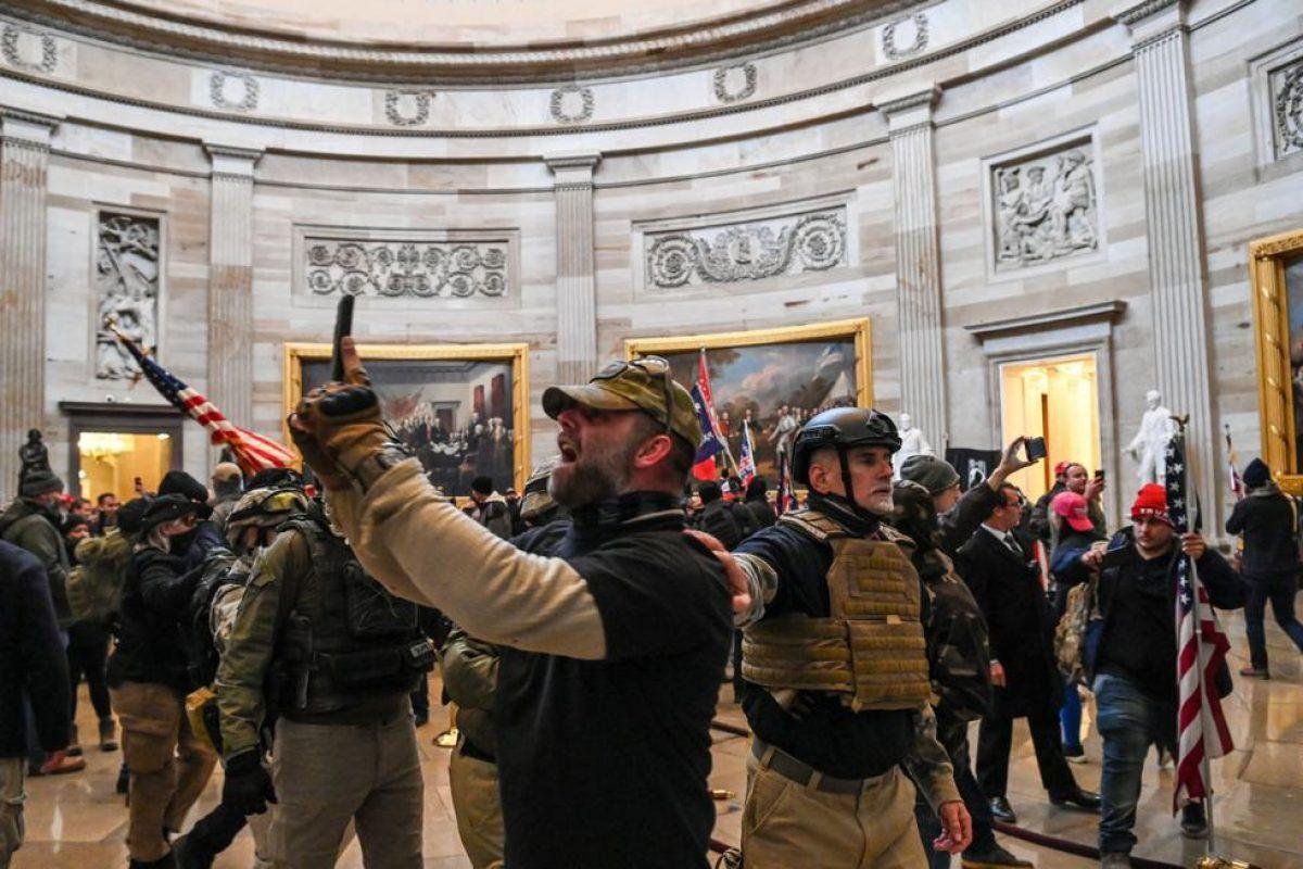 Los partidarios del presidente de Estados Unidos, Donald Trump, ingresan al Capitolio con chalecos antibalas y cascos tácticos y se toman fotos. (Foto de Saul LOEB / AFP).