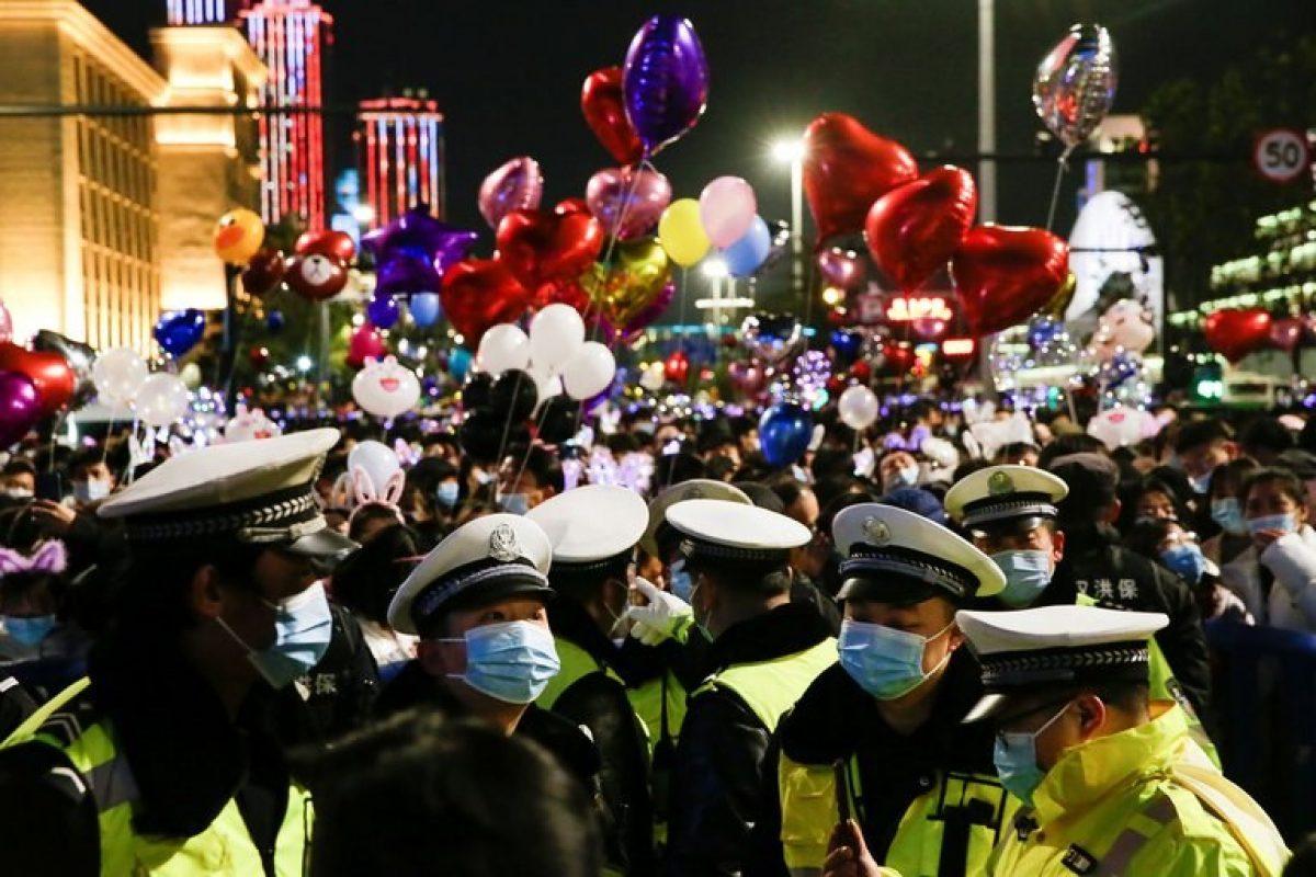 El ambiente multicolor abarrotado de globos y personas es un contraste radical con las semanas de cuarentena en las que nadie podía salir a la calle en Wuhan, China (REUTERS/Tingshu Wang)