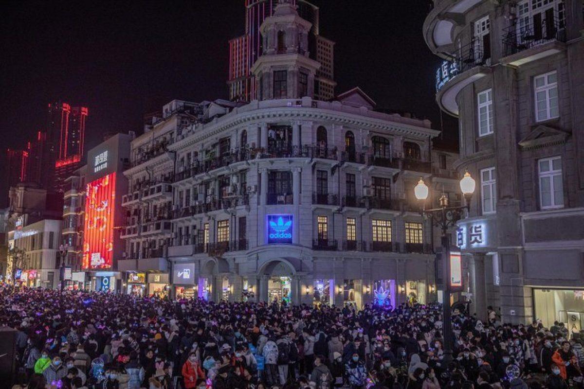 La gente celebra la llegada del Año Nuevo en Wuhan, China, el 31 de diciembre de 2020. EFE/EPA/ROMAN PILIPEY
