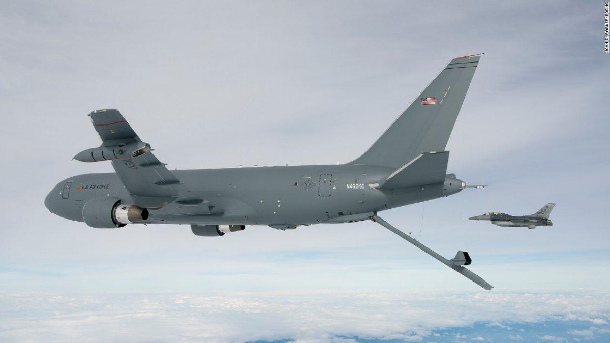 Este es el avión cisterna de reabastecimiento de combustible de Boeing, modelo KC-46.