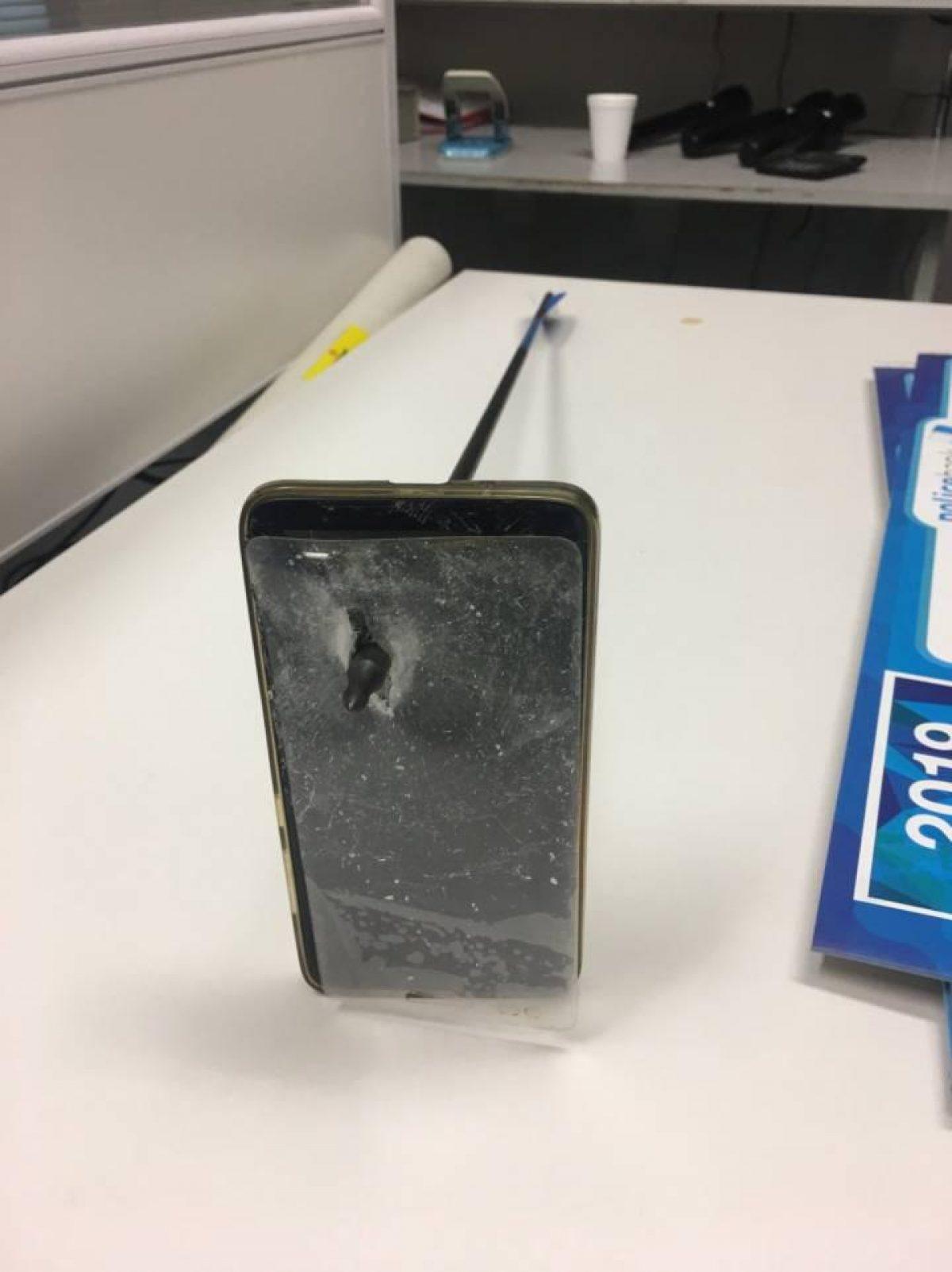 Imagen del móvil atravesado por la flecha. (Vía Reuters)