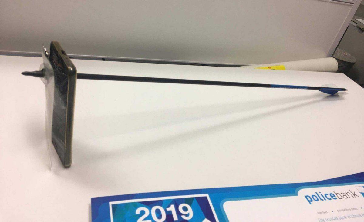El celular atravesado por la flecha. (Vía Reuters)