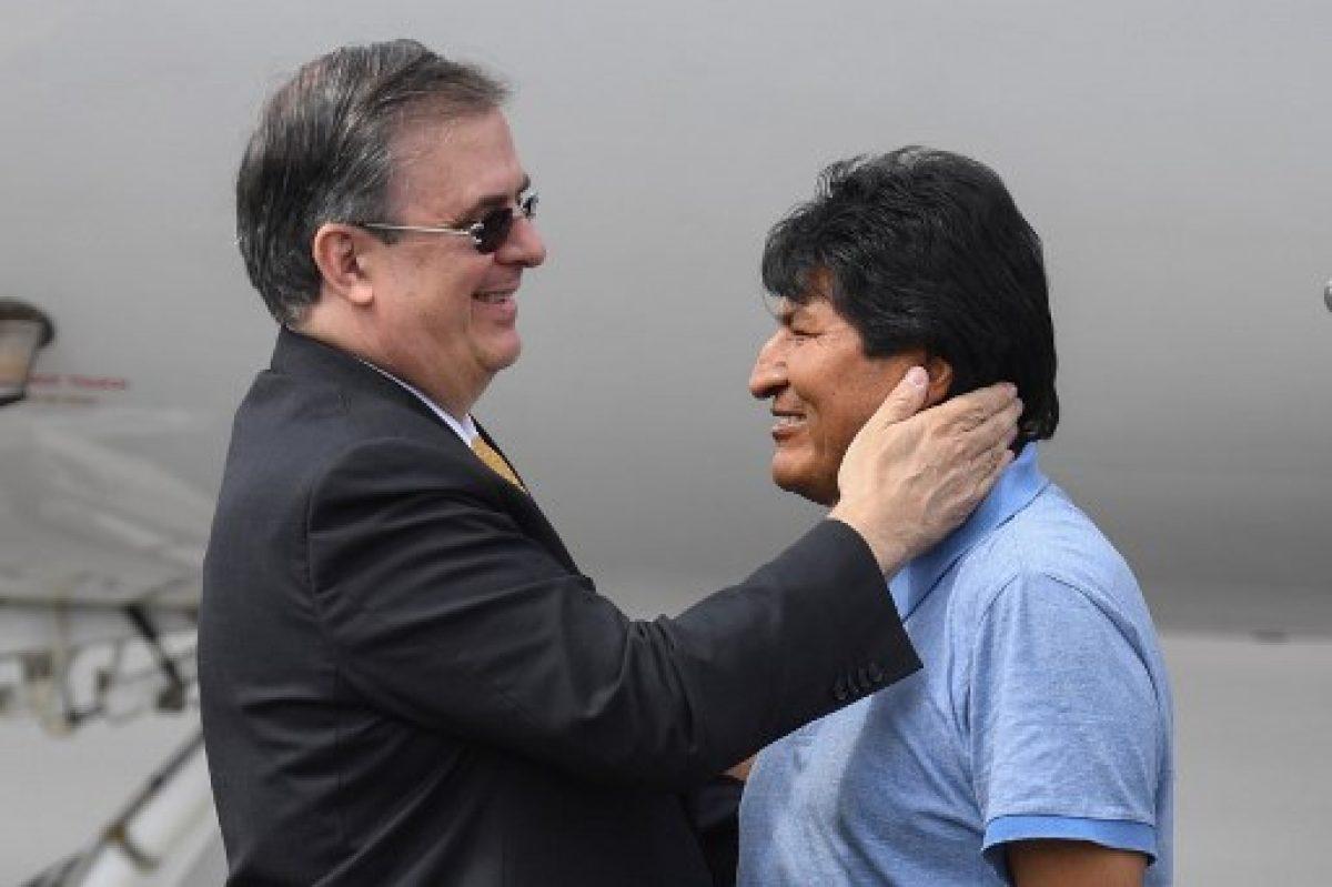 Evo Morales fue recibido por el canciller mexicano, Marcelo Ebrard. / AFP.