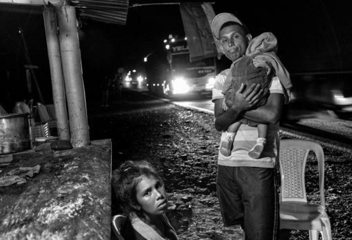 Sin luz, agua, incomunicados, los venezolanos cumplieron ayer tres días de un apagón sin precedentes que ya dejó 15 pacientes muertos y amenaza con prolongarse indefinidamente