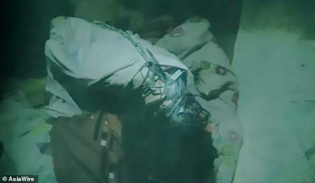 Una foto publicada por la Fiscalía muestra el estado de la víctima cuando fue encontrada por la policía.
