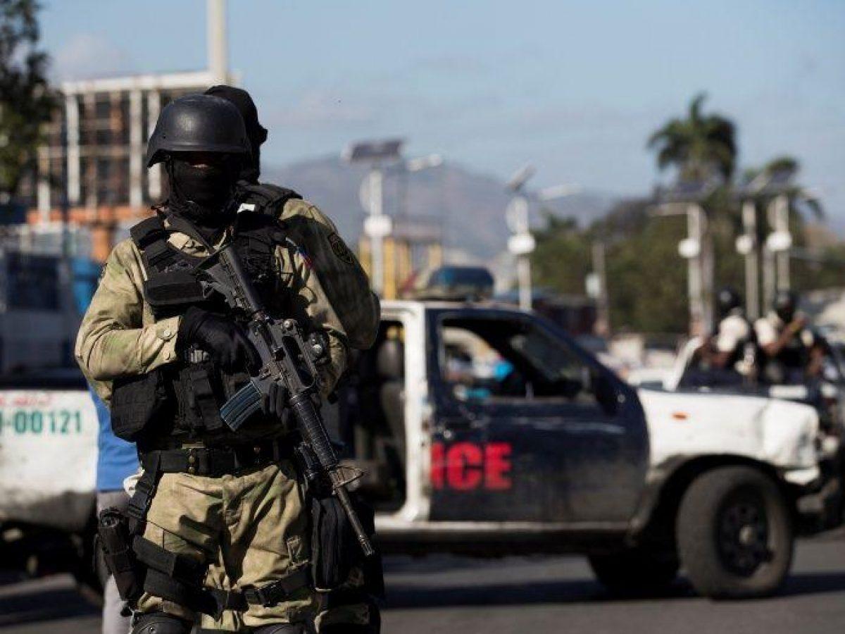 gentes de la policía bloquean la calle donde fue asesinado el policía Simone Jackson este miércoles, en Puerto Príncipe (Haití).