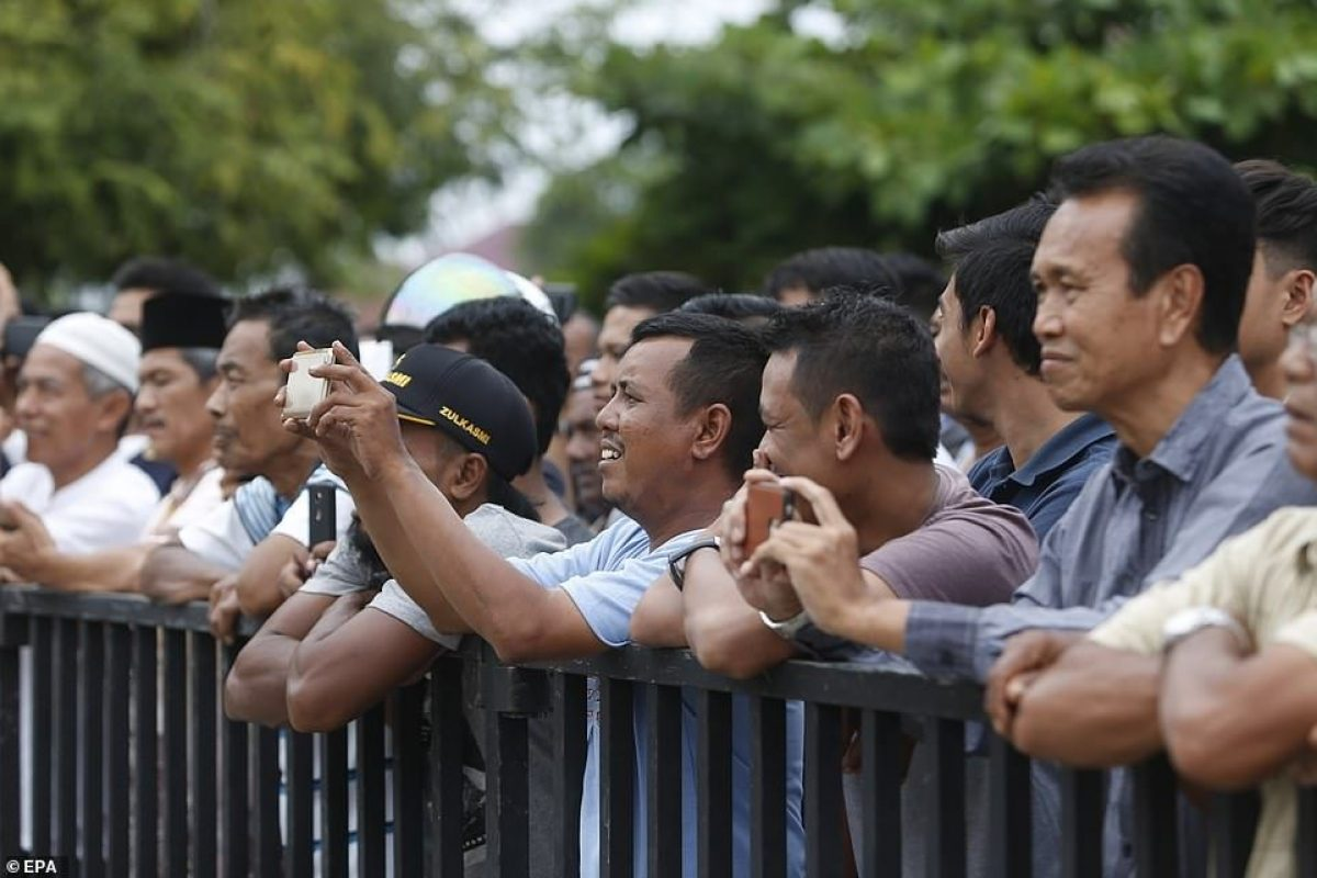 Memorias: los hombres usan sus teléfonos móviles para registrar el azote público