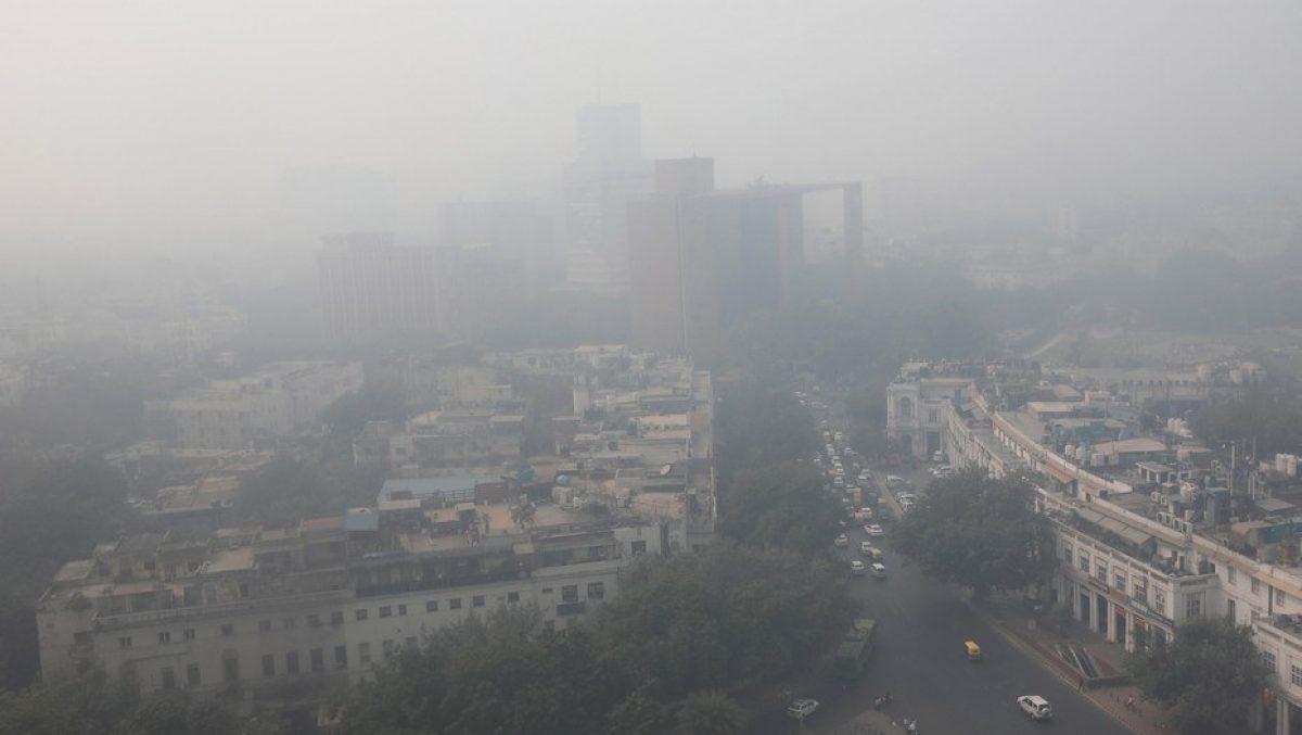 Vista de los edificios envueltos por una neblina tóxica en Nueva Delhi, India./ EFE
