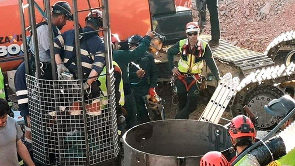 Fotografía compartida en Instagram por Alfonso Rodríguez Gómez de Celis, delegado del Gobierno en Andalucía que muestra la entrada de la Brigada de Salvamento Minero en el túnel con el objeto de rescatar a Julen (Daniel Pérez / EFE)