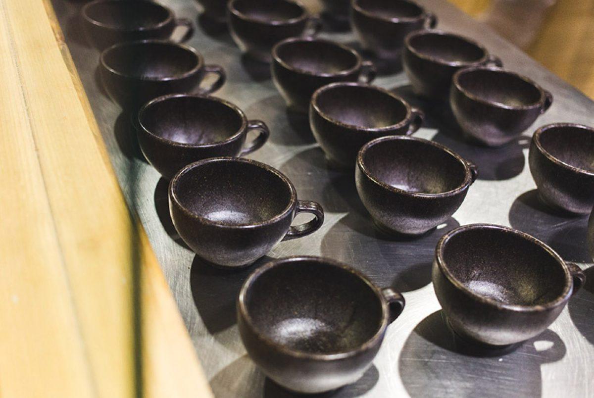 Todas las tazas tienen apariencia de madera marmoleada oscura y con olor a café.