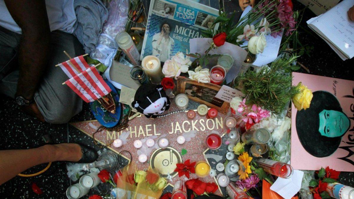 Foto de archivo del 26 de junio de 2009 muestra un santuario en la acera de recuerdos, flores y velas que adornan a la estrella de Michael Jackson en el Paseo de la Fama de Hollywood en Los Ángeles. El martes 25 de junio de 2019 se cumple el décimo aniversario de la muerte de Jackson. (Foto AP / Reed Saxon, Archivo)